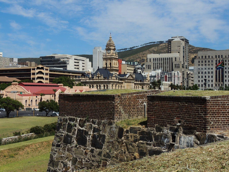 La mairie domine l'ancien fort du Cap