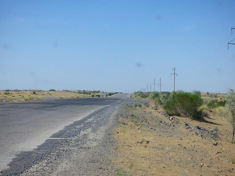 630 La route qui traverse le Karacoum