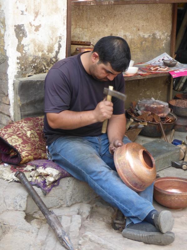 780 Etameur qui forme les vases en cuivre