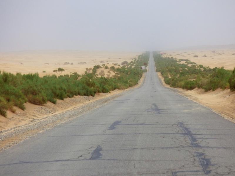 794 La route qui traverse le désert du Taklimakan