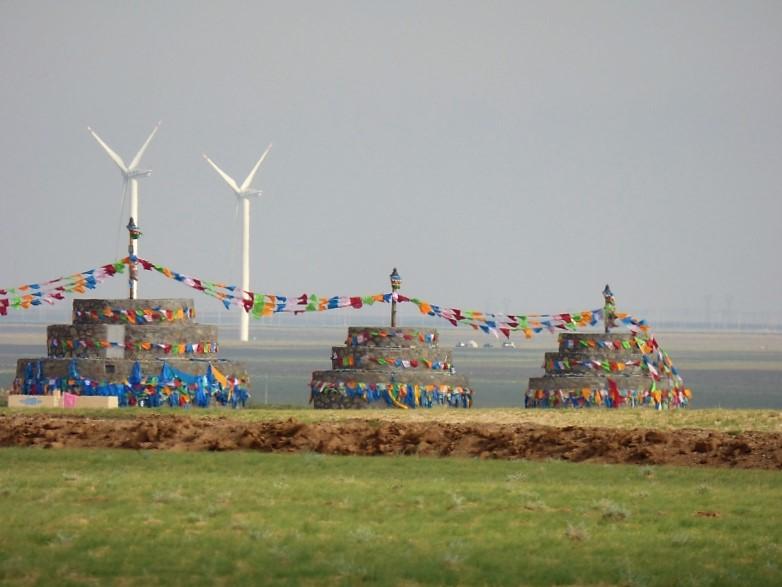 854 Stupa d'hier et éoliennes d'aujurd'hui dans la steppe